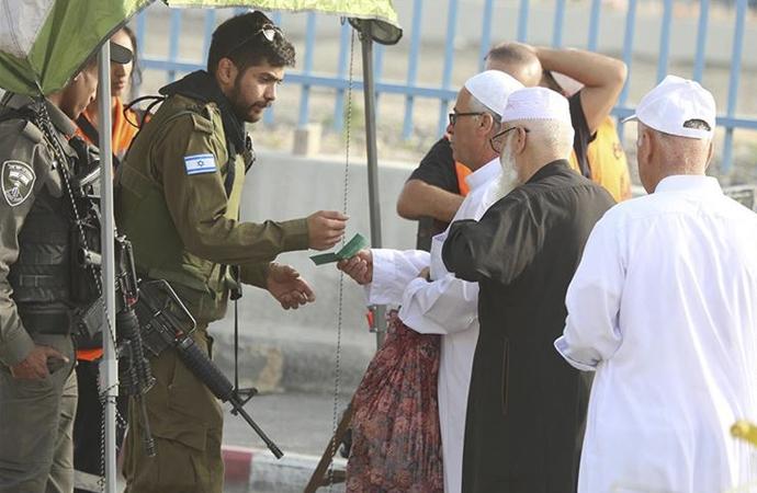 İsrail'in müsaadesiyle Mescid-i Aksa'da cuma namazı