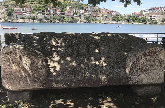 3 bin yıllık lahit mezara spreyle yazı yazıldı