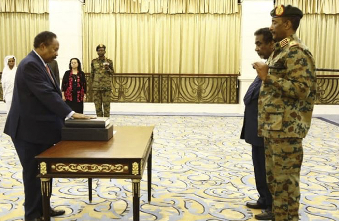 Başbakan olarak atanan Hamadok yemin etti