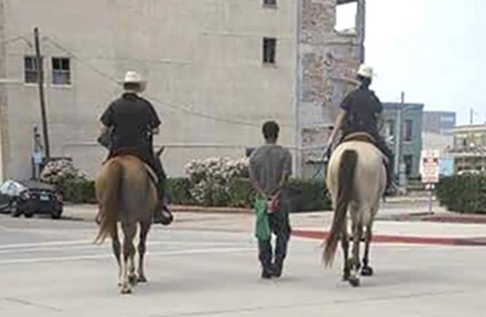 Şüpheli siyahiyi atın arkasından yürüttüler
