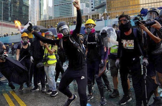 Hong Kong'da uygulanan 'maske yasağı'na savunma