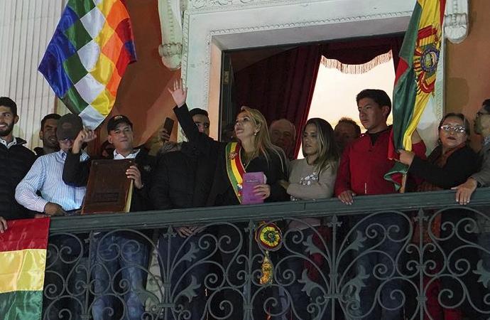 Bolivya'da ordu geçici devlet başkanını tanıdı