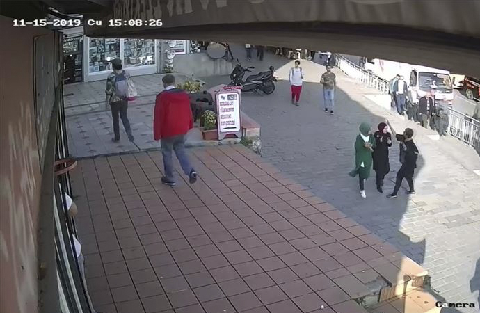 Karaköy'de başörtülü genç kıza yumruklu saldırı