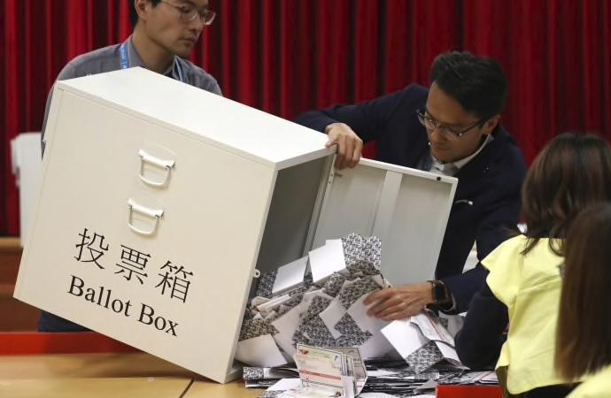 Hong Kong'da seçimler yapıldı Çin kaybetti