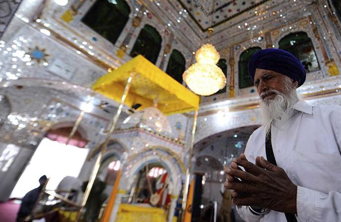 Pakistan tapınağı korurken, Hindistan cami arazisine el koyuyor