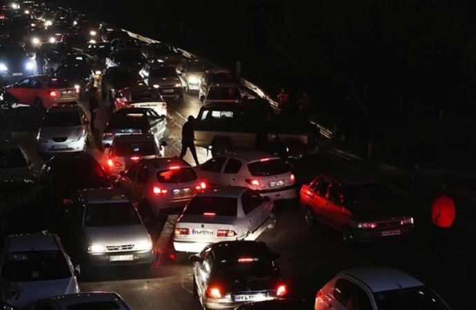 İran'da benzin zammına tepki siyaseti de sarstı