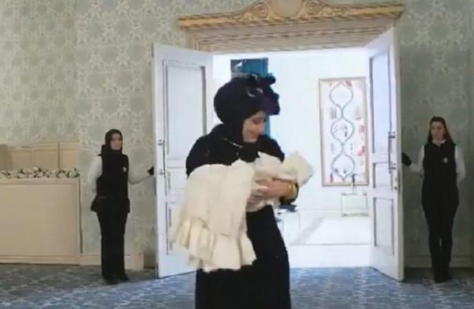 İsrafın böylesi görülmedi! Bebeğe tek taş pırlanta takıldı!