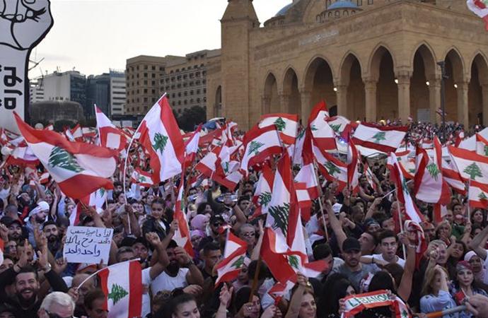 Protestocular gösterilere devam kararı aldı