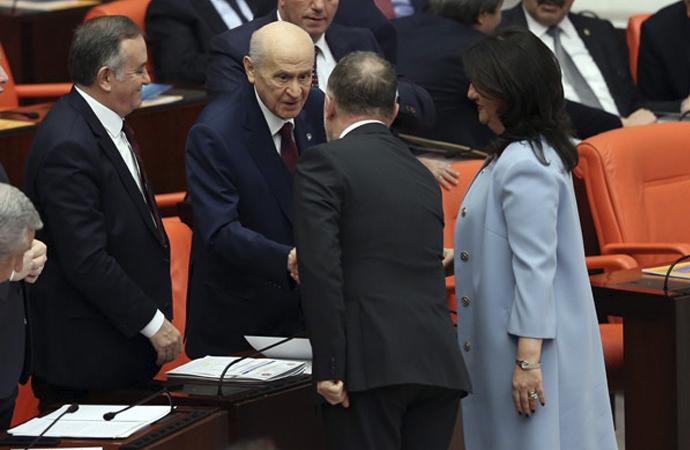 Bahçeli, HDP'lilerle tokalaştı