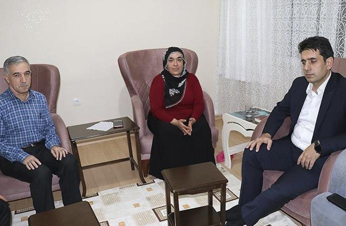 HDP önünde eylem yapan annelerden biri daha oğluna kavuştu