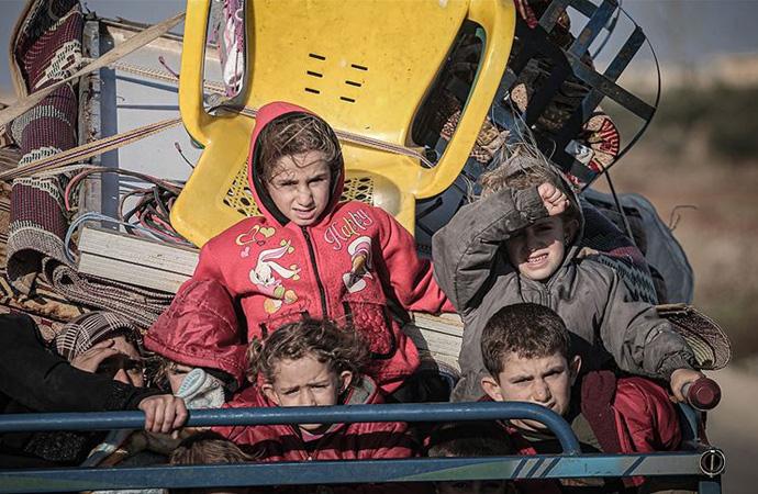 Esed'in saldırılarından kaçan 80 bin mazlum Türkiye sınırında