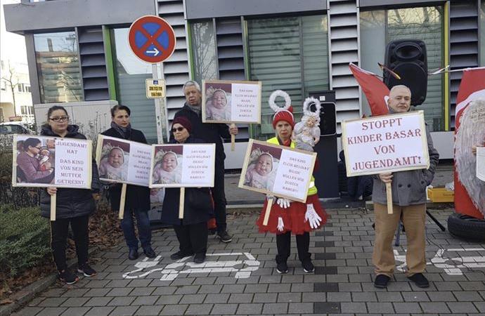 4 günlük bebeğe 'el koyan' Alman Gençlik Dairesi protesto edildi