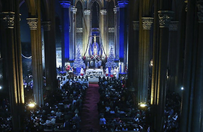 Kiliselerde Noel ayini, İstiklal caddesinde kutlama
