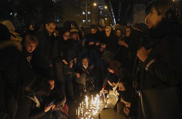 İran'da anma töreni karşıt gösteriye dönüştü