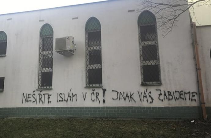 """Cami duvarına """"Hepinizi öldüreceğiz"""" yazdılar"""