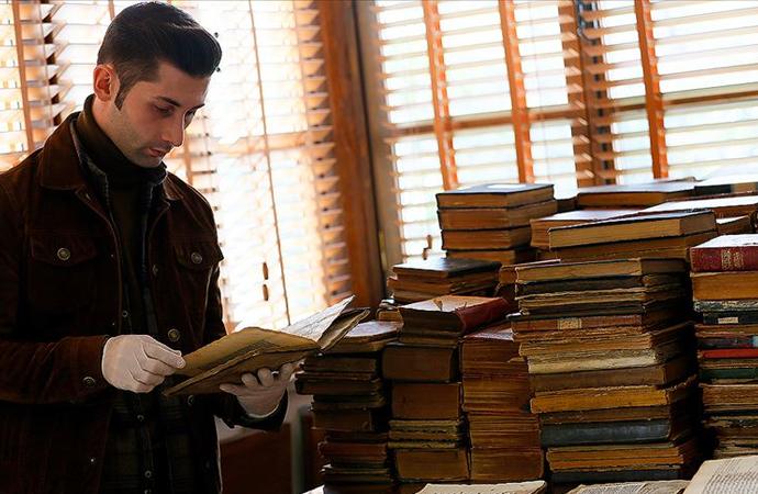 İzmir'de türbe sanılan mekandan asırlık kitaplar çıktı