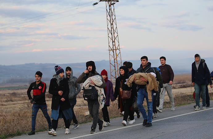 Türkiye göçmenlere Avrupa kapılarını açtı! Göçmenler sınıra yürüyor…