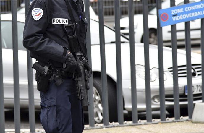 Paris'te bir saldırgan camide ateş açtı