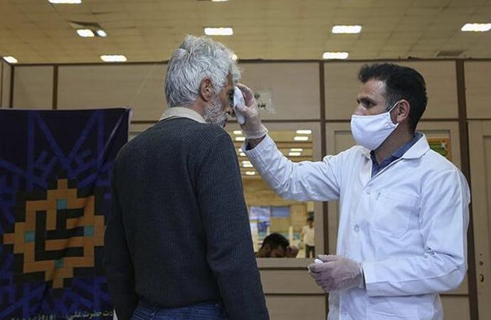 İran nihayet Kum ve Meşhed'deki türbeleri ziyaretlere kapattı