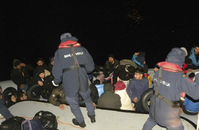 İki lastik bottaki 78 göçmen kurtarıldı