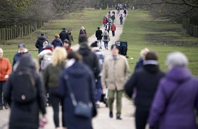 İngiltere'de parklar doldu, Başbakan Boris tehdit etti