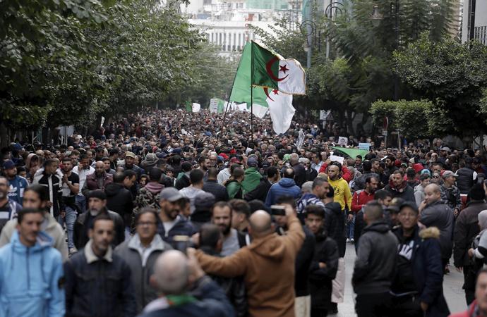 Cezayir'de koronavirüs nedeniyle gösteriler yasaklandı