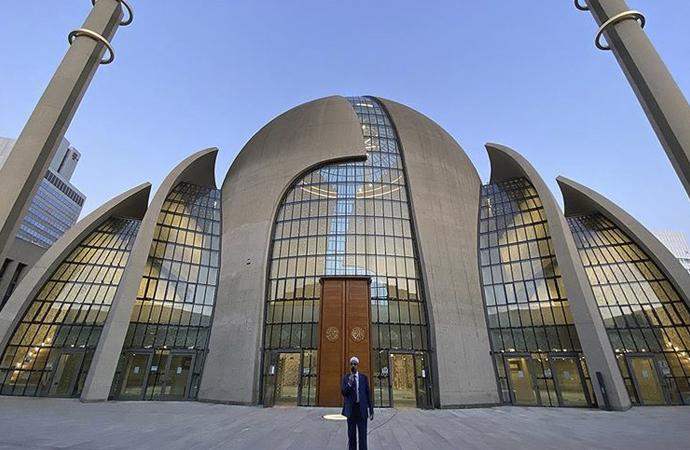Alman makamlarının izniyle Köln'de akşam ezanı
