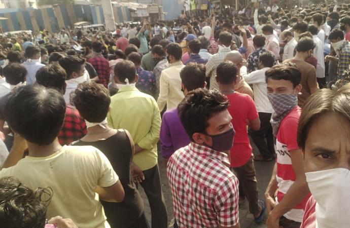 Mumbai'de binlerce kişi sokağa çıkma yasağını protesto etti