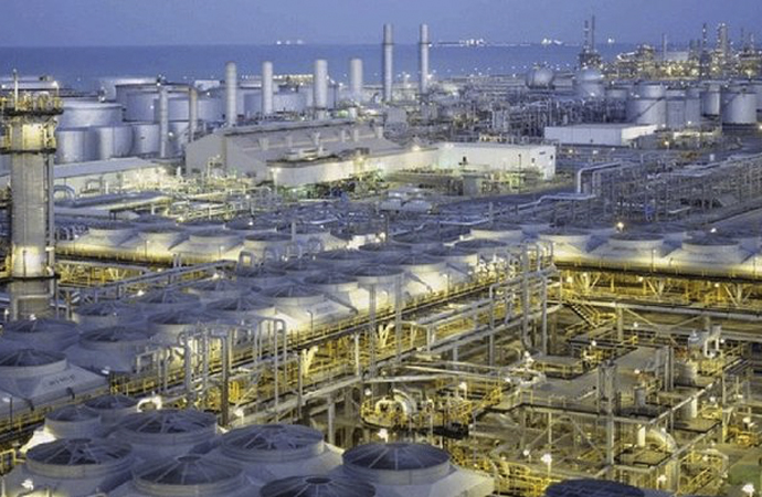 Arabistan, günlük petrol üretimini 2.5 milyon varil azaltıyor