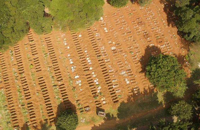 Brezilya'da koronavirüs nedeniyle toplu mezarlar kazılıyor