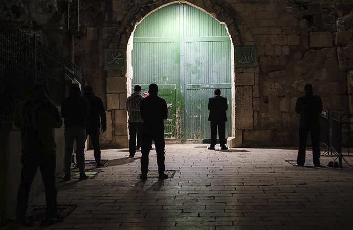 Mescid-i Aksa'nın kapısı önünde teravih namazı