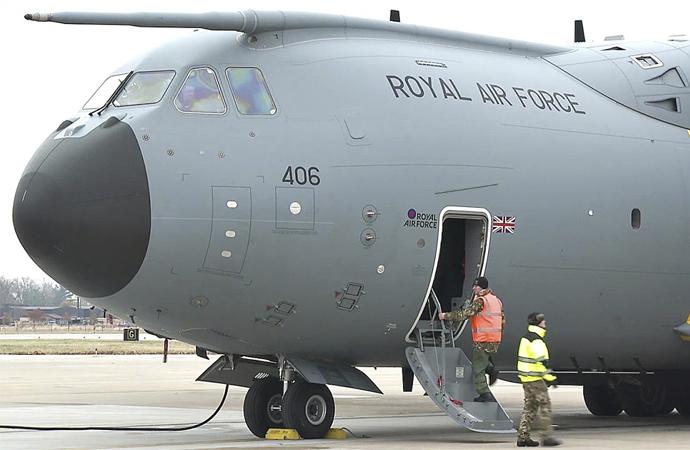 İngiliz Kraliyet Hava Kuvvetleri kargo uçağı tıbbi yardımı almak üzere İstanbul'da