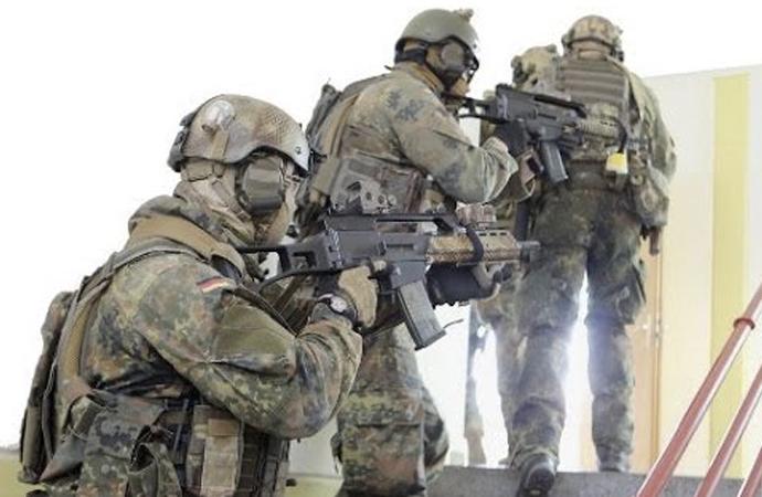 Almanya'da özel kuvvetler askerinin evi patlayıcı ve silah deposu çıktı
