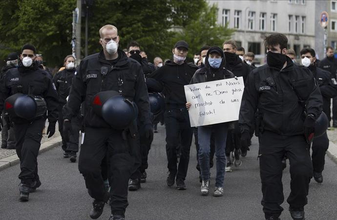 Karantina tedbirlerine Almanya'da tepki büyüyor