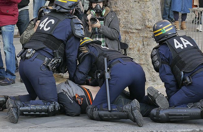 Fransa'da polis şiddetine karşı olaylı gösteri