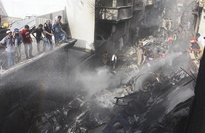 Düşen Pakistan uçağından 2 kişi dışında kurtulan olmadı
