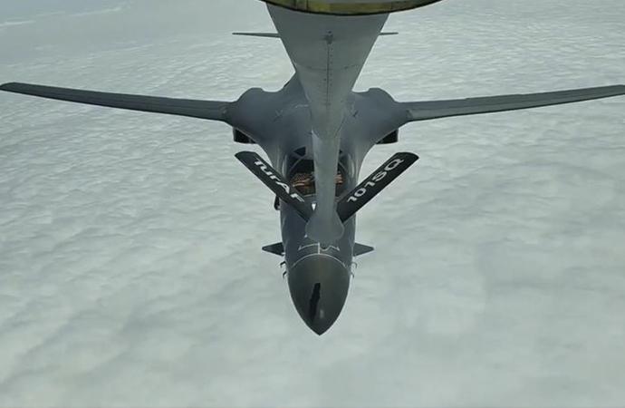 Karadeniz'de uçan ABD savaş uçaklarına yakıt ikmali