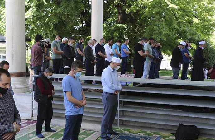 Kuzey Makedonya'da camiler iki ay aradan sonra açıldı