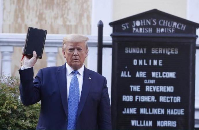 Elinde İncil'le kiliseye yürüdü