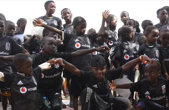 Nijer'de bir köyde yaşayan çocuklara Beşiktaş forması hediye edildi