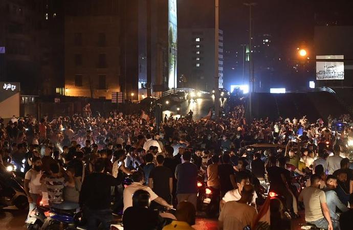 Lübnan'da halk yine sokakta