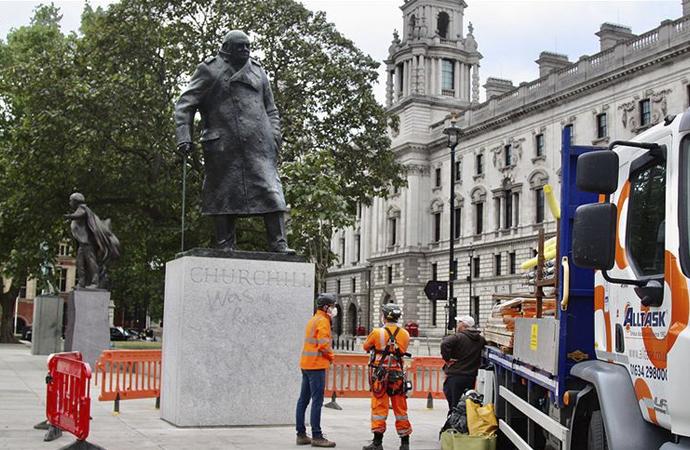 Boris Johnson, Churchill'in heykeline sahip çıktı!
