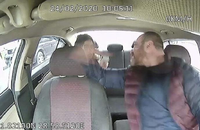 Kadın yolcusunu döven taksici trafikten men edildi