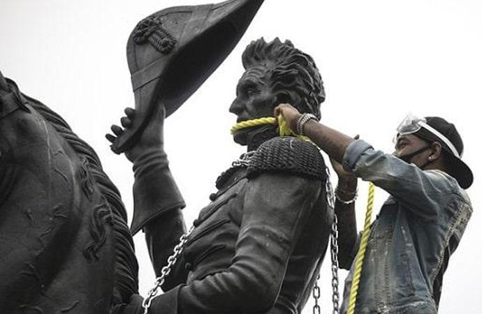 Beyaz Saray'ın önündeki heykeli yıkmaya çalıştılar
