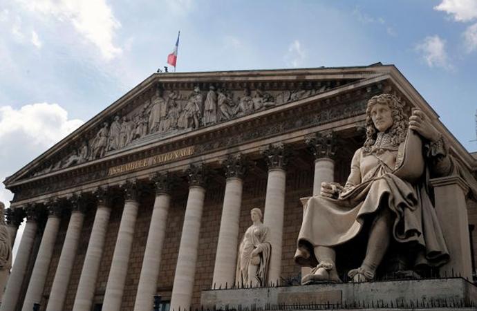Köleliği yasalaştıran Fransız kralın heykeline saldırı
