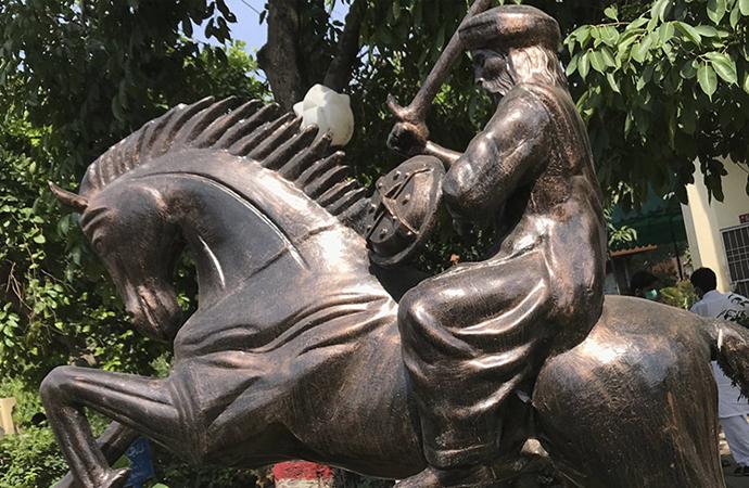 Dizinin etkisinde kalan Pakistan'da Ertuğrul Gazi heykeli dikildi