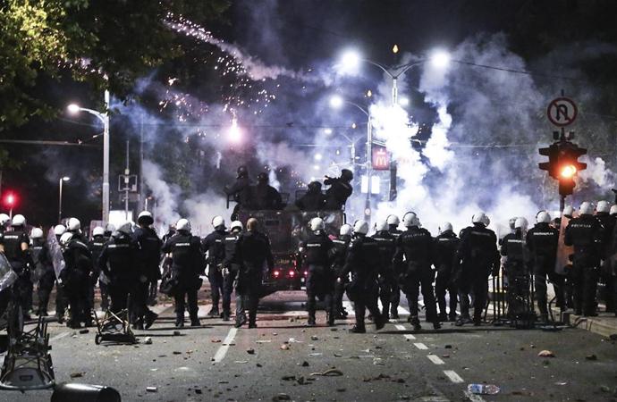 Sırbistan'da protestolar hükümet karşıtı gösterilere evrildi