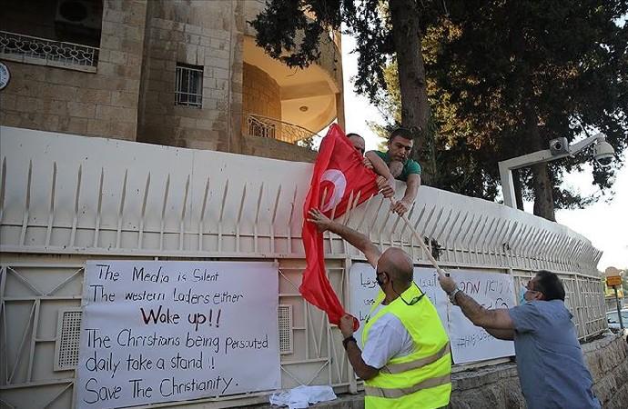 Kudüs'te 9 kişilik eylemde Türk bayrağı yakıldı