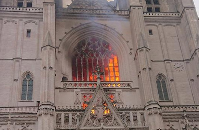 Fransa'da Nantes katedral yangınında kundaklama şüphesi