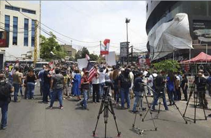 ABD Büyükelçiliği önünde toplanan grup, Hizbullah'ın silahsızlanmasını istedi
